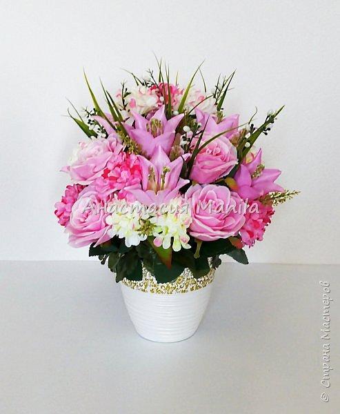 Приветствую всех зашедших! А я все мечтаю о весне и творю)) Представляю Вашему вниманию интерьерную композицию в керамическом кашпо из искусственных роз, лилий и хризантем двух цветов с зеленью. Высота - 37 см. Диаметр - 27 см. Приятного просмотра)) фото 2