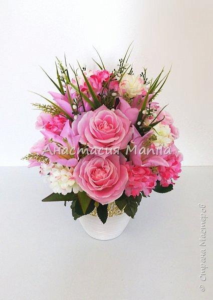 Приветствую всех зашедших! А я все мечтаю о весне и творю)) Представляю Вашему вниманию интерьерную композицию в керамическом кашпо из искусственных роз, лилий и хризантем двух цветов с зеленью. Высота - 37 см. Диаметр - 27 см. Приятного просмотра)) фото 3