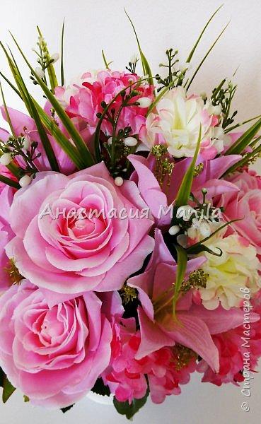 Приветствую всех зашедших! А я все мечтаю о весне и творю)) Представляю Вашему вниманию интерьерную композицию в керамическом кашпо из искусственных роз, лилий и хризантем двух цветов с зеленью. Высота - 37 см. Диаметр - 27 см. Приятного просмотра)) фото 4