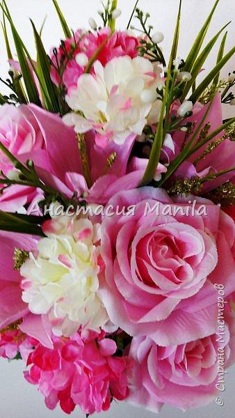 Приветствую всех зашедших! А я все мечтаю о весне и творю)) Представляю Вашему вниманию интерьерную композицию в керамическом кашпо из искусственных роз, лилий и хризантем двух цветов с зеленью. Высота - 37 см. Диаметр - 27 см. Приятного просмотра)) фото 5