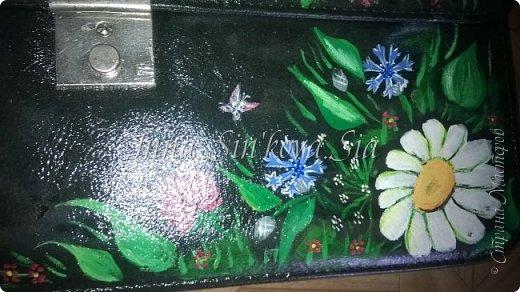 Всем привет!!! Моя племянница ходит в на подготовку к школе и она постоянно носит с собой папку, в которой не чего не помещается. И вот свекровь предложила отдать ей школьный портфель (мужа). Но он был мрачный, черный и матовый. И я решила его повеселей, так как портфель для девочки я нарисовала цветочки и бабочки.  И вот что вышло фото 5