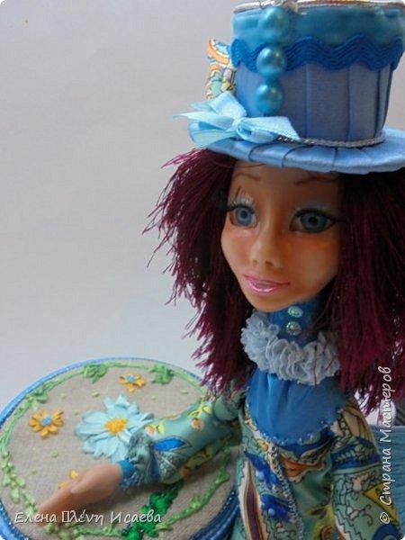 """Доброго времени суток,дорогие друзья!! Я к Вам с новой девочкой!Мариетта.Будуарная клоунесса. Куколка из запекаемого пластика СуперСкалпей.Глазки вставные,пластиковые.Волосики-пряжа """"травка"""". Надо сказать,неделю девочка сидела без наряда))Совершенно спонтанно родилась шляпка!И образ пришел сам собой))) фото 1"""