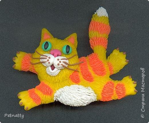 Ура - пришла весна, котам раздолье!  Котик - магнит на холодильник. Размер - 7 см. Слеплен из запекаемой пластики (цернит). Шерстку делала при помощи скальпеля.  фото 1