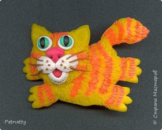 Ура - пришла весна, котам раздолье!  Котик - магнит на холодильник. Размер - 7 см. Слеплен из запекаемой пластики (цернит). Шерстку делала при помощи скальпеля.  фото 2