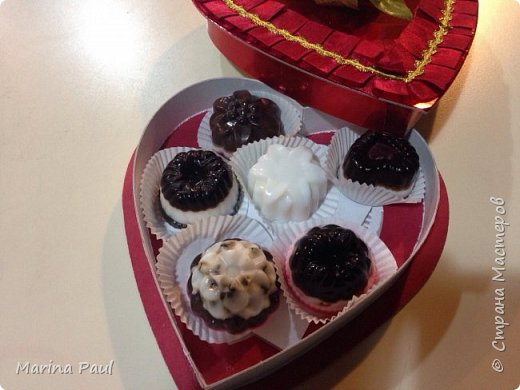 Мыло шоколадное ассорти . Ингредиенты : мыльная основа ( белая и прозрачная ) , какао порошок , кокосовое масло , зерна кофе , какао масло , жожоба масло, шоколадная стружка ,  , ароматизир. Масла : с запахом малины и какао , кокоса .   фото 1