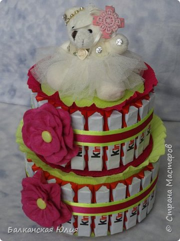 Киндеры закреплены на коробках с конфетами Рафаэлло 100 гр и 200гр. 21 шоколадка на верху и 26 шоколадок в нижнем ярусе. Мишка пришит на самодельную съёмную крышку из картона. фото 4