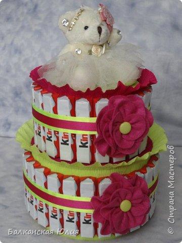Киндеры закреплены на коробках с конфетами Рафаэлло 100 гр и 200гр. 21 шоколадка на верху и 26 шоколадок в нижнем ярусе. Мишка пришит на самодельную съёмную крышку из картона. фото 3