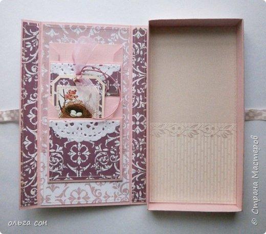 На этот раз в розовых тонах, на фото не очень вышло. Основа розовый картон, розовые ленты, розочка и подложки под картинки. Немного добавила динамики в композицию для поддержки ветки на картинке фото 3