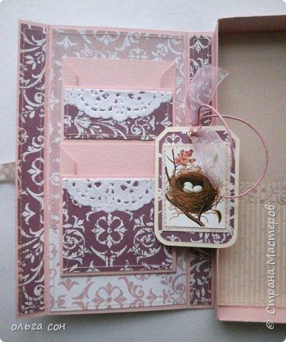 На этот раз в розовых тонах, на фото не очень вышло. Основа розовый картон, розовые ленты, розочка и подложки под картинки. Немного добавила динамики в композицию для поддержки ветки на картинке фото 4