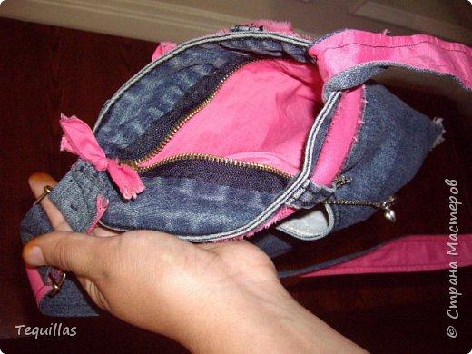 Пару лет назад сделала в подарок сестре сумку. Наткнулась на фото. Сделано из старых джинсов. Объем для документов, ключей и телефона.  фото 3