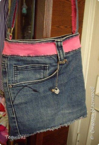 Пару лет назад сделала в подарок сестре сумку. Наткнулась на фото. Сделано из старых джинсов. Объем для документов, ключей и телефона.  фото 2