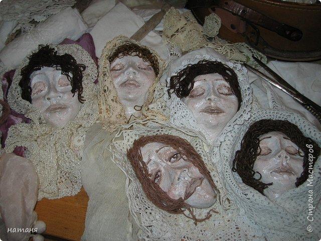 Из заготовок лиц для винтажных ангелочков получились куколки,благодаря ниткам для штопки из бабушкиного сундука.Волосы сделаны именно из них. фото 6