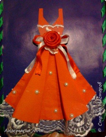 Решила маме подарить сегодня вот такую открытку. Давно уже видела  идею изготовления в интернете, и вот решила приметь на деле. Очень интересно изготовлять  милую открыточку. В основе платья лежит обычная бумага. подол украшен кружевом, соответственно платье украсила бусинами, цветком, лентами. Мамочка была в восторге!