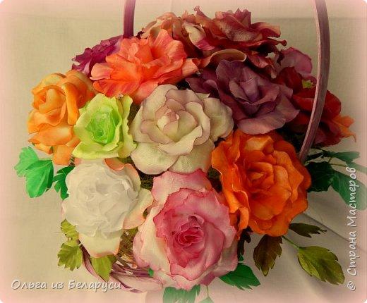 Меня всегда привлекали цветы из лент,которые сделаны максимально близко к реалистичным.Раньше я просто на них смотрела,любовалась,но даже не предпринимала попыток к их созданию.Потом подобные мысли стали посещать меня всё чаще и чаще и вот,когда появилась необходимость в создании подарочного букета к 8 Марта,я решила совместить  и то,и другое. Перед вами итог моих 3-х недельных экспериментов в создании реалистичных роз. Эту сторону я условно назвала лицевой. В итоге создала почти 40 роз и ни одну не повторила))),формы лепестков,их окрас,обработка,всё старалась сделать разнообразным.Не все меня устраивало,не всё получилось,но опыт и радость от проделанной работы остались! А теперь делюсь с вами и передаю эту корзину роз(здесь 21 роза) всей прекрасной половине нашей планеты и поздравляю с наступающим праздником Весны,Любви и Красоты! фото 4