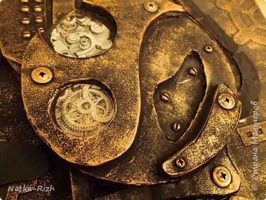 Для основы: картон разной толщины и размера, часовой механизм, клей, краска Для оформления: шурупы, проволока, горох половинками, изолента, распечатка шестеренок и т.п.   Для светящихся глазок: светодиоды, проводочки, батарейки и мужчина, который сможет все это соеденить)) фото 16