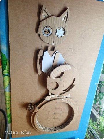 Для основы: картон разной толщины и размера, часовой механизм, клей, краска Для оформления: шурупы, проволока, горох половинками, изолента, распечатка шестеренок и т.п.   Для светящихся глазок: светодиоды, проводочки, батарейки и мужчина, который сможет все это соеденить)) фото 5