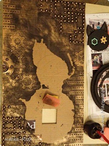 Для основы: картон разной толщины и размера, часовой механизм, клей, краска Для оформления: шурупы, проволока, горох половинками, изолента, распечатка шестеренок и т.п.   Для светящихся глазок: светодиоды, проводочки, батарейки и мужчина, который сможет все это соеденить)) фото 9
