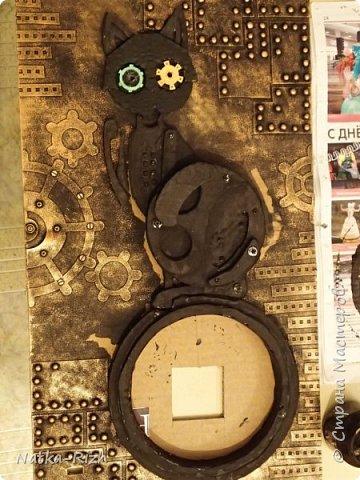 Для основы: картон разной толщины и размера, часовой механизм, клей, краска Для оформления: шурупы, проволока, горох половинками, изолента, распечатка шестеренок и т.п.   Для светящихся глазок: светодиоды, проводочки, батарейки и мужчина, который сможет все это соеденить)) фото 10