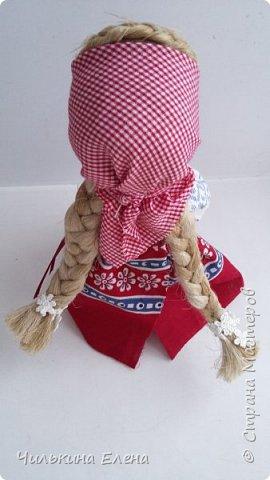 Кукла Ведучка или Ведущая в жизнь, в древние времена делалась женщиной для того чтобы быть мудрой и понимающей матерью, понимать потребности своего ребенка, и вывести его в жизнь. Особенность Ведучки – руки матери и ребёнка – одно целое. фото 3