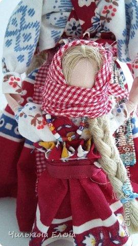 Кукла Ведучка или Ведущая в жизнь, в древние времена делалась женщиной для того чтобы быть мудрой и понимающей матерью, понимать потребности своего ребенка, и вывести его в жизнь. Особенность Ведучки – руки матери и ребёнка – одно целое. фото 2