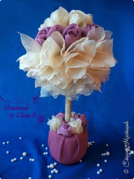 Всем привет. Выставляю на ваш суд свой первый топиарий- дерево счастья. Топиарий выполнен из органзы(роз и прямоугольников). фото 1