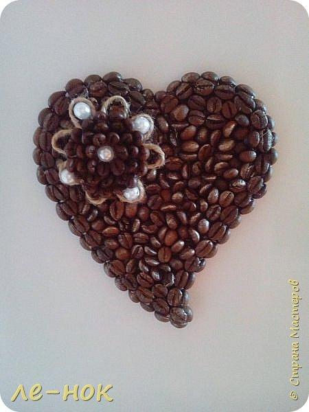 Еще раз всем здравствуйте:-) Я фанат  творчества Ларисы Тепляковой. Этот топиарий создан под впечатлением от просмотра одной из ее работ-кофейного топиария. Цветы из 2 видов гофры ,2 вида шоколадной органзы-горький шоколад и с золотинкой.Сизаль,атласная  лента и бумага-сливочного оттенка. Ну и в добавок-кофейные зерна:-)   фото 8