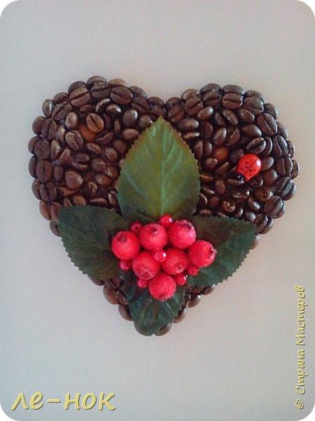 Еще раз всем здравствуйте:-) Я фанат  творчества Ларисы Тепляковой. Этот топиарий создан под впечатлением от просмотра одной из ее работ-кофейного топиария. Цветы из 2 видов гофры ,2 вида шоколадной органзы-горький шоколад и с золотинкой.Сизаль,атласная  лента и бумага-сливочного оттенка. Ну и в добавок-кофейные зерна:-)   фото 7