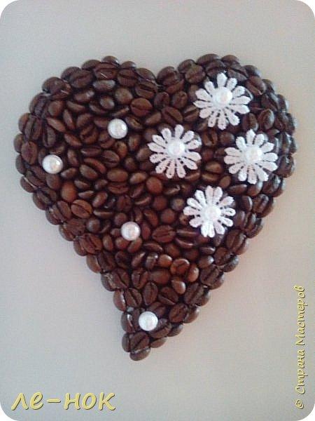 Еще раз всем здравствуйте:-) Я фанат  творчества Ларисы Тепляковой. Этот топиарий создан под впечатлением от просмотра одной из ее работ-кофейного топиария. Цветы из 2 видов гофры ,2 вида шоколадной органзы-горький шоколад и с золотинкой.Сизаль,атласная  лента и бумага-сливочного оттенка. Ну и в добавок-кофейные зерна:-)   фото 6