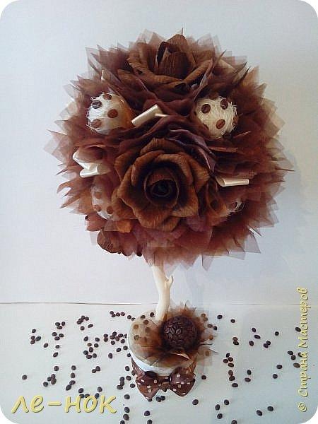 Еще раз всем здравствуйте:-) Я фанат  творчества Ларисы Тепляковой. Этот топиарий создан под впечатлением от просмотра одной из ее работ-кофейного топиария. Цветы из 2 видов гофры ,2 вида шоколадной органзы-горький шоколад и с золотинкой.Сизаль,атласная  лента и бумага-сливочного оттенка. Ну и в добавок-кофейные зерна:-)   фото 2