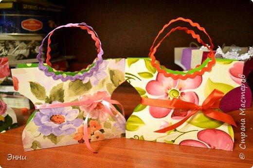 Наша подготовка к 8 марта прошла успешно- подготовили вот такие подарочные сумочки, в которые можно положить любые угощения. Шаблон  такой сумочки  взят здесь     http://magicaldecor.ru/plate-sumochka-iz-bumagi/ фото 1