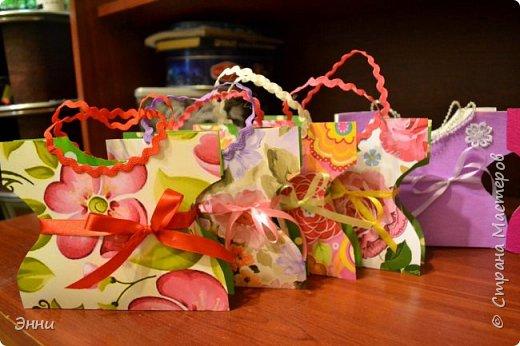 Наша подготовка к 8 марта прошла успешно- подготовили вот такие подарочные сумочки, в которые можно положить любые угощения. Шаблон  такой сумочки  взят здесь     http://magicaldecor.ru/plate-sumochka-iz-bumagi/ фото 2