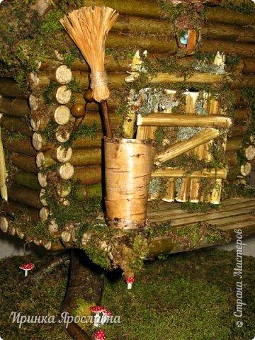 Здравствуйте, друзья! Один прекрасный человечек заказал мне сделать три избушки для своих Бабулек  Ягулек! Но я выставляю две избушки, третья здесь: http://stranamasterov.ru/node/1013013 !:-)  Избушки сделаны из ивовых веточек, крыша из коры сосны, всё задекорировано мхом)  У этой избушки стоит столик для чаепитий, корзиночка с мухоморчиками, звоночик-колокольчик у двери) Вокруг избушки и на ней естественно поганочки).  Размеры избушек примерно одинаковые 30х35 см фото 6