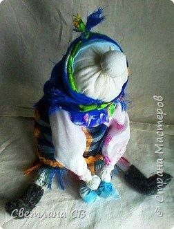 Увидела на просторах интернета симпатичную харАктерную бабку Алены Масловой и очень захотелось сделать себе такую же. Сам МК Алены Масловой можно посмотреть здесь: http://alyonamaslova.ru/shitie-kroi/kyklu/tryapichnaya-kukla-babka-harakternaya  фото 4