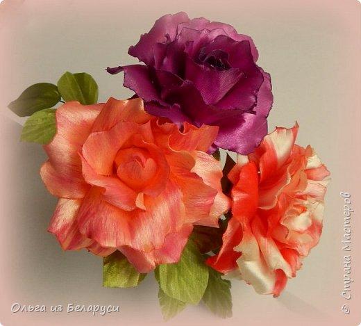 Меня всегда привлекали цветы из лент,которые сделаны максимально близко к реалистичным.Раньше я просто на них смотрела,любовалась,но даже не предпринимала попыток к их созданию.Потом подобные мысли стали посещать меня всё чаще и чаще и вот,когда появилась необходимость в создании подарочного букета к 8 Марта,я решила совместить  и то,и другое. Перед вами итог моих 3-х недельных экспериментов в создании реалистичных роз. Эту сторону я условно назвала лицевой. В итоге создала почти 40 роз и ни одну не повторила))),формы лепестков,их окрас,обработка,всё старалась сделать разнообразным.Не все меня устраивало,не всё получилось,но опыт и радость от проделанной работы остались! А теперь делюсь с вами и передаю эту корзину роз(здесь 21 роза) всей прекрасной половине нашей планеты и поздравляю с наступающим праздником Весны,Любви и Красоты! фото 10