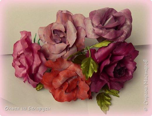 Меня всегда привлекали цветы из лент,которые сделаны максимально близко к реалистичным.Раньше я просто на них смотрела,любовалась,но даже не предпринимала попыток к их созданию.Потом подобные мысли стали посещать меня всё чаще и чаще и вот,когда появилась необходимость в создании подарочного букета к 8 Марта,я решила совместить  и то,и другое. Перед вами итог моих 3-х недельных экспериментов в создании реалистичных роз. Эту сторону я условно назвала лицевой. В итоге создала почти 40 роз и ни одну не повторила))),формы лепестков,их окрас,обработка,всё старалась сделать разнообразным.Не все меня устраивало,не всё получилось,но опыт и радость от проделанной работы остались! А теперь делюсь с вами и передаю эту корзину роз(здесь 21 роза) всей прекрасной половине нашей планеты и поздравляю с наступающим праздником Весны,Любви и Красоты! фото 14