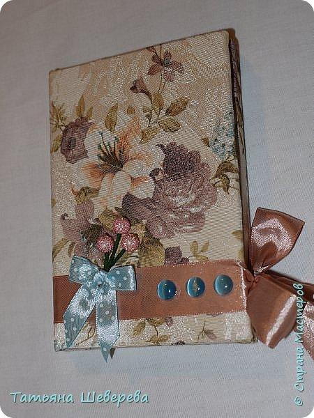 С наступающим праздником, дорогие мои жительницы СМ! :) И в преддверии этого чудесного дня я покажу блокнотики, которые я сделала в подарок учительницам сына. Снаружи всё обтянуто тканью и украшено всячески) фото 7