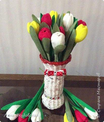 Добрый вечер дорогие жители  и гости страны мастеров!!! Поздравляю всех женщин с наступающим  праздником 8  Марта!!! Желаю всем здоровья, весеннего настроения, любить и быть любимыми и конечно всем больших творческих успехов!!! Вот такие сладкие букетики я приготовила своим близким и знакомым,так как у нас весна не скоро ещеи тюльпанчики еще только в июне зацветут. Плела из рекламок и только покрыла лаком, внутри разные конфетки. Для своей любимой доченьки, она очень любит тюльпаны. фото 1