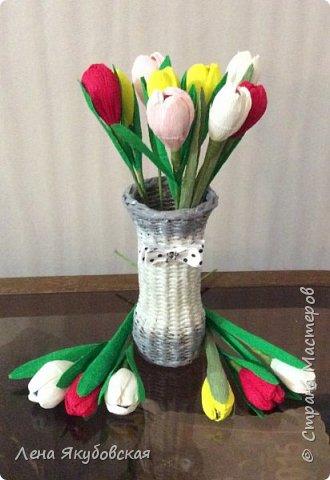 Добрый вечер дорогие жители  и гости страны мастеров!!! Поздравляю всех женщин с наступающим  праздником 8  Марта!!! Желаю всем здоровья, весеннего настроения, любить и быть любимыми и конечно всем больших творческих успехов!!! Вот такие сладкие букетики я приготовила своим близким и знакомым,так как у нас весна не скоро ещеи тюльпанчики еще только в июне зацветут. Плела из рекламок и только покрыла лаком, внутри разные конфетки. Для своей любимой доченьки, она очень любит тюльпаны. фото 2