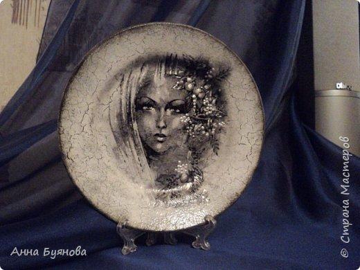 Тарелочки по мотивам картин Виктории Стояновой.Поскольку мне очень нравится черно- белая гамма, делаю распечатки на принтере.На тарелках кракелюр , сделанный на ПВА, декупаж и декор рисунка витражными контурами фото 2
