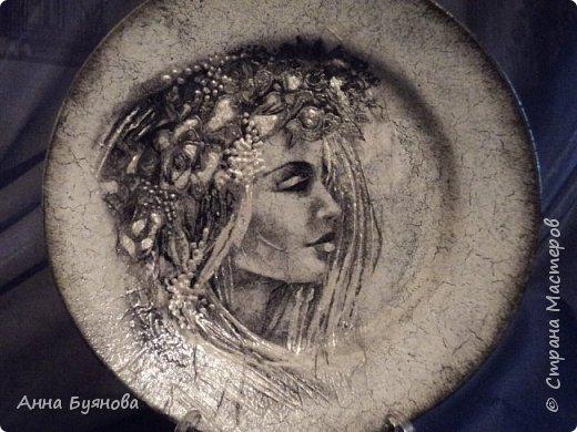 Тарелочки по мотивам картин Виктории Стояновой.Поскольку мне очень нравится черно- белая гамма, делаю распечатки на принтере.На тарелках кракелюр , сделанный на ПВА, декупаж и декор рисунка витражными контурами фото 4