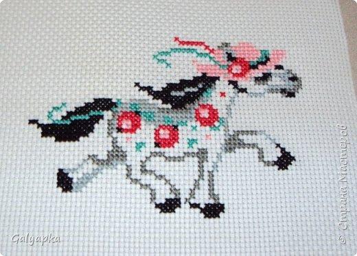 Вышивала к 2014 году. Эти коняшки украшают пока  фото 3