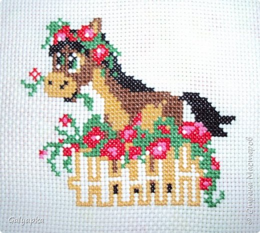 Вышивала к 2014 году. Эти коняшки украшают пока  фото 6