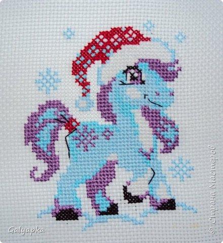 Вышивала к 2014 году. Эти коняшки украшают пока  фото 7