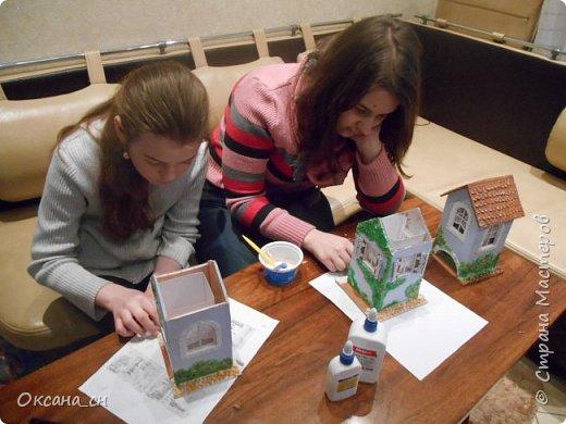 Здравствуйте Мастера и Мастерицы! Хочу поделиться новым изделием и небольшим МК. Когда пришла идея создать домик для чайных пакетиков, я стала искать в интернете идеи для оформления. Сколько прекрасных домиков я видела!  Я предложила своим ученицам создать такой домик в подарок маме к 8 Марта - прекрасная и полезная поделка для кухни. Спасибо Марине за идею оформления http://stranamasterov.ru/node/349655. Очень мне понравился её домик и я попробовала сотворить подобное. фото 9