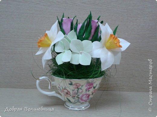 Здравствуйте, дорогие Мастера и Мастерицы! К 8 марта создалась такая маленькая композиция. Нарциссы, бутоны роз и гортензия. фото 1