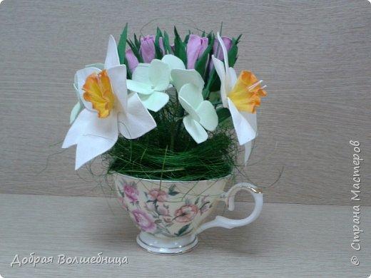 Здравствуйте, дорогие Мастера и Мастерицы! К 8 марта создалась такая маленькая композиция. Нарциссы, бутоны роз и гортензия. фото 2