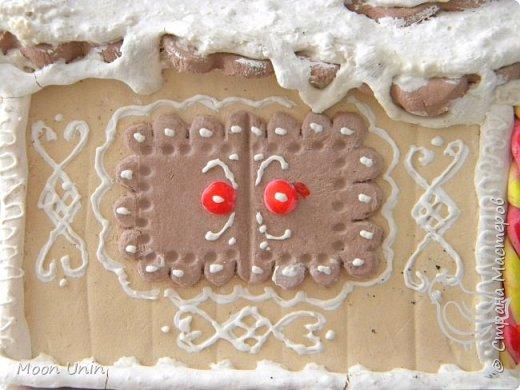 """Всем привет! Чуть не упустила из виду работу, которую обещала показать в Ажурном ангеле"""" http://stranamasterov.ru/node/995599 Это пряничный домик из """"пряников"""" из полимерной глины, с крышей из полимерных """"печенюшек"""" и украшенный """"взбитыми сливкам"""" из самодельной структурной пасты. Кружева на деревьях тоже нарисованы структурной пастой, роспись - акриловыми красками.  фото 11"""