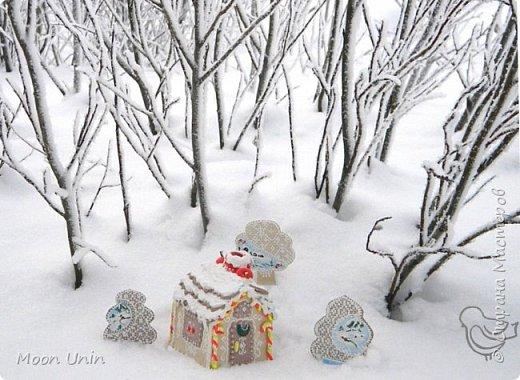 """Всем привет! Чуть не упустила из виду работу, которую обещала показать в Ажурном ангеле"""" http://stranamasterov.ru/node/995599 Это пряничный домик из """"пряников"""" из полимерной глины, с крышей из полимерных """"печенюшек"""" и украшенный """"взбитыми сливкам"""" из самодельной структурной пасты. Кружева на деревьях тоже нарисованы структурной пастой, роспись - акриловыми красками.  фото 14"""