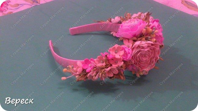 Фото  сделано при вечернем освящении.Прошу строго не судить.Делала впервые(!) Очень понравилось работать. использовала два вида фома-иранский и китайский.  Крупные цветы вырезала поэтапно,понадобилось 3 размера лепестков ,по форме все напоминают сердце.Мелкие цветочки было делать попроще,здесь помог фигурный дырокол,очень выручил, наделала массу цветочков(на будущее еще остались) фото 3