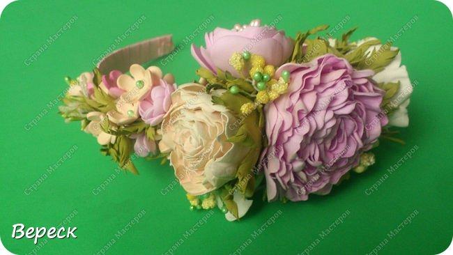 Фото  сделано при вечернем освящении.Прошу строго не судить.Делала впервые(!) Очень понравилось работать. использовала два вида фома-иранский и китайский.  Крупные цветы вырезала поэтапно,понадобилось 3 размера лепестков ,по форме все напоминают сердце.Мелкие цветочки было делать попроще,здесь помог фигурный дырокол,очень выручил, наделала массу цветочков(на будущее еще остались) фото 7